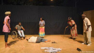 اداکارائیں اوگاداؤگو ، برکینا فاسو میں ایک پروڈکشن میں ایک منظر پیش کررہے ہیں