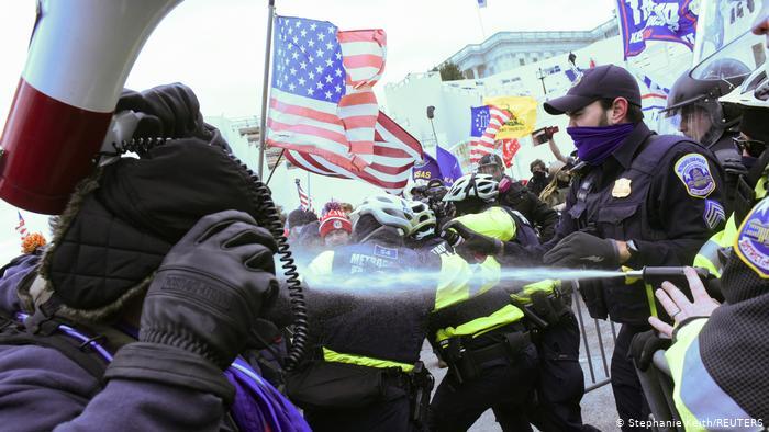 امریکی صدر ڈونلڈ ٹرمپ کے حامیوں نے واشنگٹن میں امریکی دارالحکومت بلڈنگ کے سامنے پولیس افسران سے جھڑپ کی