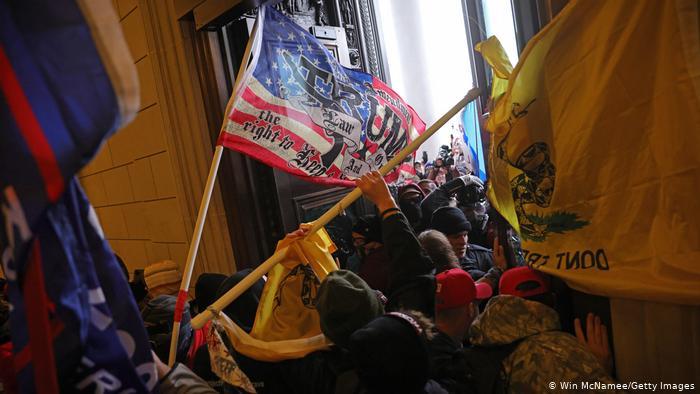 مظاہرین نے دارالحکومت کے دروازوں پر طوفان برپا کردیا