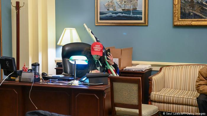ٹرمپ کے حامی حامی دارالحکومت کے ایک دفتر میں بیٹھے ہیں