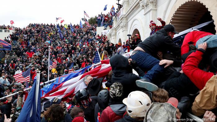 امریکی پرچم لہراتے ہجوم