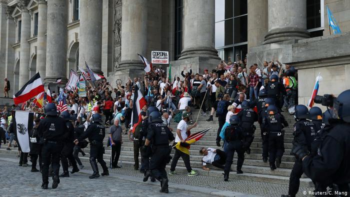 جھنڈوں والے ہجوم کو پولیس نے ایک عمارت میں داخل ہونے سے روک دیا ہے