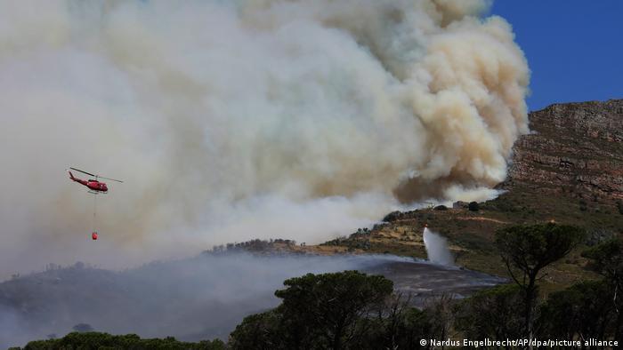 فائر فائٹنگ ہیلی کاپٹر کیپ ٹاؤن میں تمباکو نوشی کرنے والے ٹیبل ماؤنٹین کے قریب پہنچا