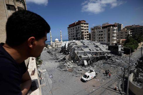 برسوں کا سب سے سفاک ہفتہ: ایک فلسطینی بمباری عمارت کی طرف دیکھ رہا ہے۔