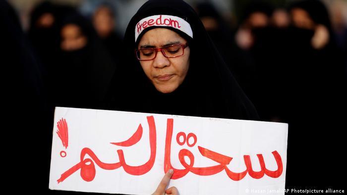 بحرین کے ایک حکومت مخالف مظاہرین کا عربی زبان میں ایک بینر ہے جس میں لکھا ہے ، سعودی عرب کی طرف سے ایک شیعہ عالم دین کی پھانسی کے خلاف مظاہرے کے دوران آپ کو لاتعلقی۔