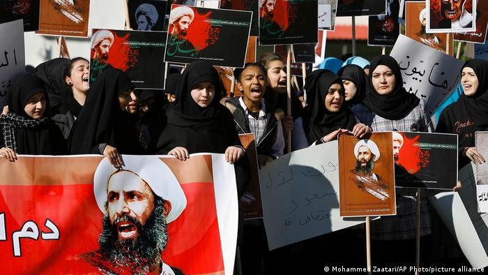 لبنانی طلباء نے شیعہ عالم دین شیخ نمر النمر کے پورٹریٹ اٹھائے ہوئے ہیں ، جو حزب اختلاف کے ممتاز سعودی شیعہ عالم دین ہیں ، جسے گیارہ دن قبل سعودی عرب نے پھانسی دے دی تھی۔