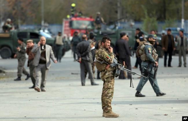 کابل میں سکولوں کے سیکورٹی کے بعد سیکورٹی کے بعد شہریوں کے لیے شواہد اکھٹے رہیں گے۔  8 مئی 2021۔