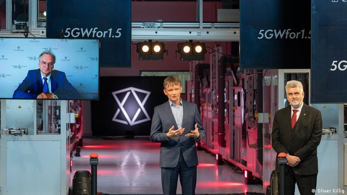 مئی 2021 میں نئی فیکٹری کے افتتاح کے موقع پر سی ای او گنٹر ایرفرٹ