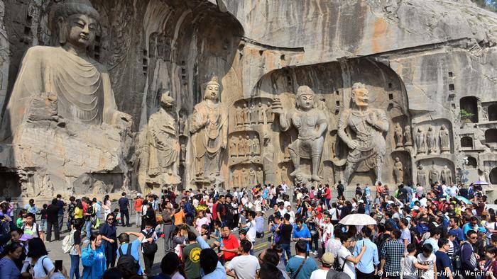 وسطی چین کے وسطی صوبے کے ہینن شہر لوئیانگ میں قومی دن کی تعطیل کے موقع پر سیاح لانگ مین گرٹوز (ڈریگن گیٹ گرٹوز یا لانگ مین غاروں) پر ہجوم لگاتے ہیں۔