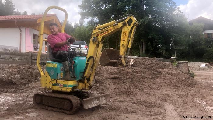 مقامی جوزف وانکر نے ایک کھودنے والے کی مدد سے سیلاب کے بعد زمین صاف کردی