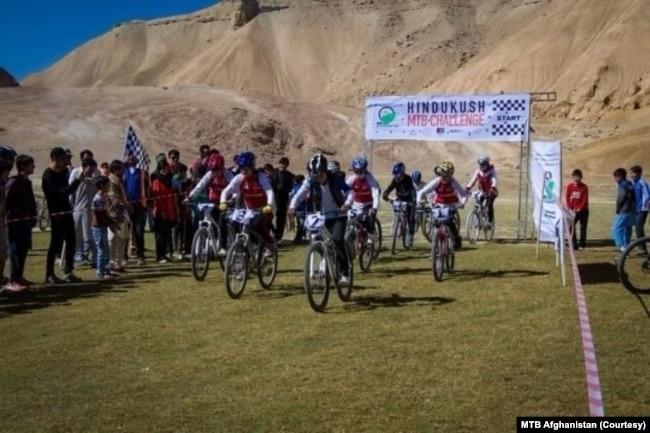 افغانستان میں کوہ ہندوکش کے مقام سے سائیکل ریس شروع ہو رہی ہے۔  اس کے مقابلے میں بنیاد فرید نوری نے رکھی۔