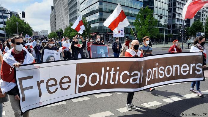 بیلاروس میں مظاہرین سیاسی قیدیوں کو رہا کرنے کا مطالبہ کر رہے ہیں۔