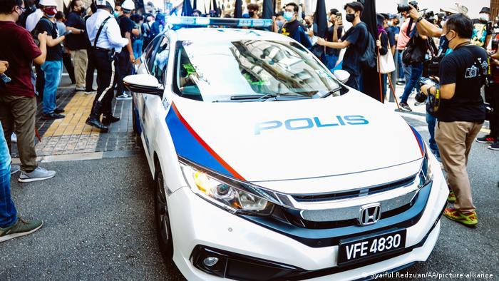 کوالالمپور میں حکومت مخالف مظاہرے کے دوران پولیس کی گاڑی۔